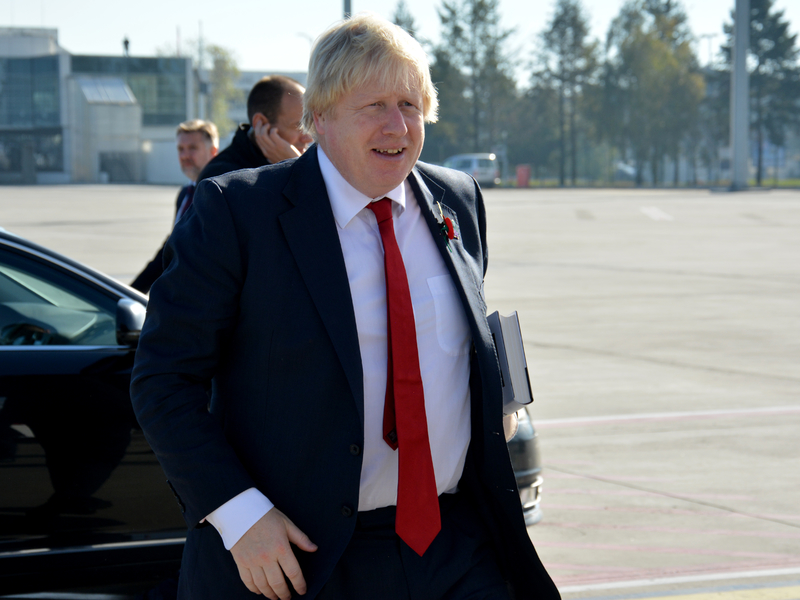 Une photo de Boris Johnson devant une voiture.