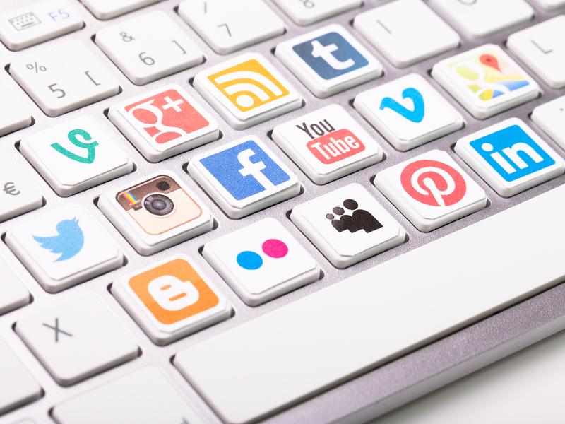 Un clavier d'ordinateur dont certaines touches ont été remplacées par des logos de médias sociaux.