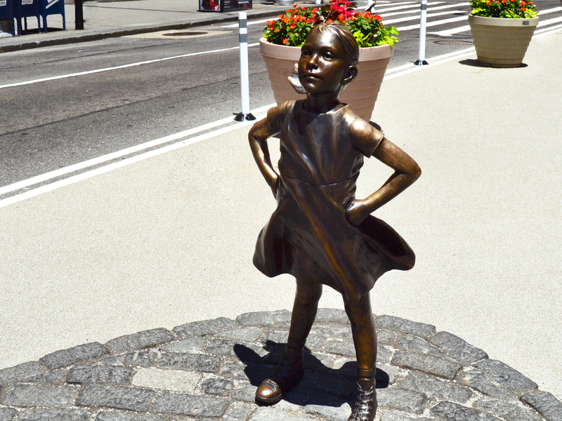 Une photo de la statue de bronze fearless girl.