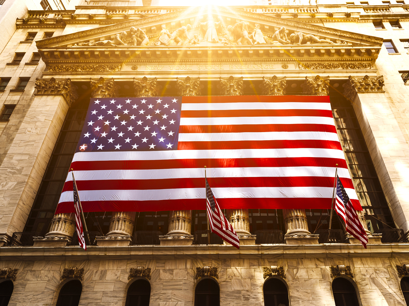 Une photo du bâtiment à New York, New York Stock Exchange avec le drapeau patriote.