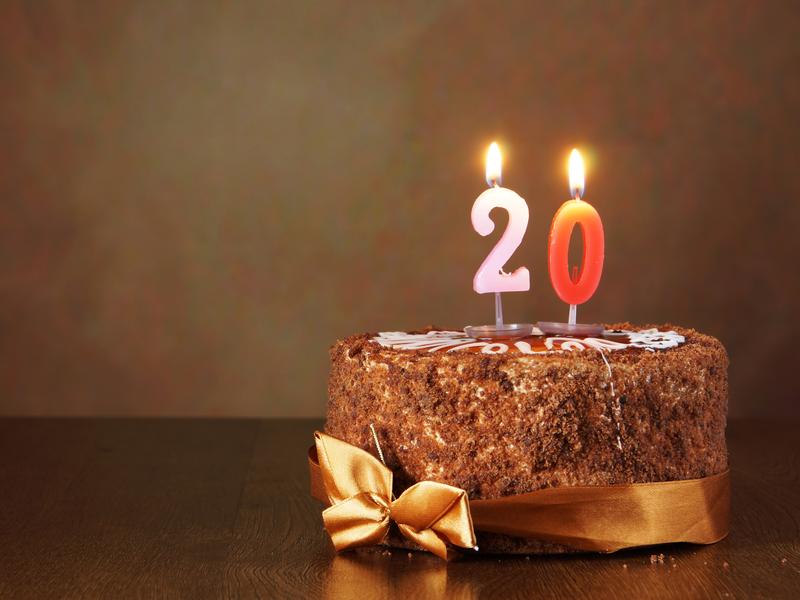 Un gâteau d'anniversaire avec un 20 posé dessus.