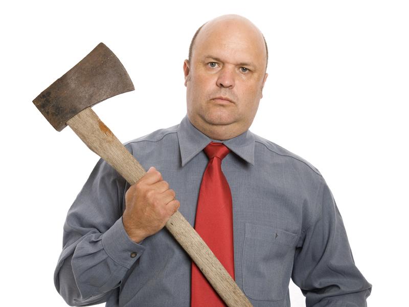 Un homme d'affaire tenant une hache.