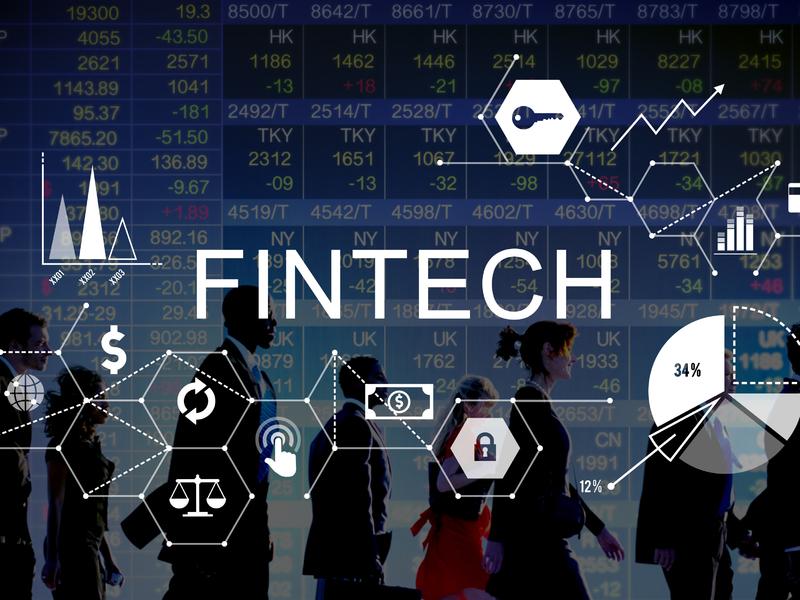 Des silhouettes qui marchent derrière le mot Fintech et pleins de symboles représentants ce secteur.