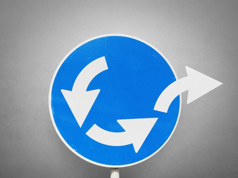 Un cercle bleu dans lequel il y a trois flèches qui tournent en rond. Mais la dernière sort du rond.