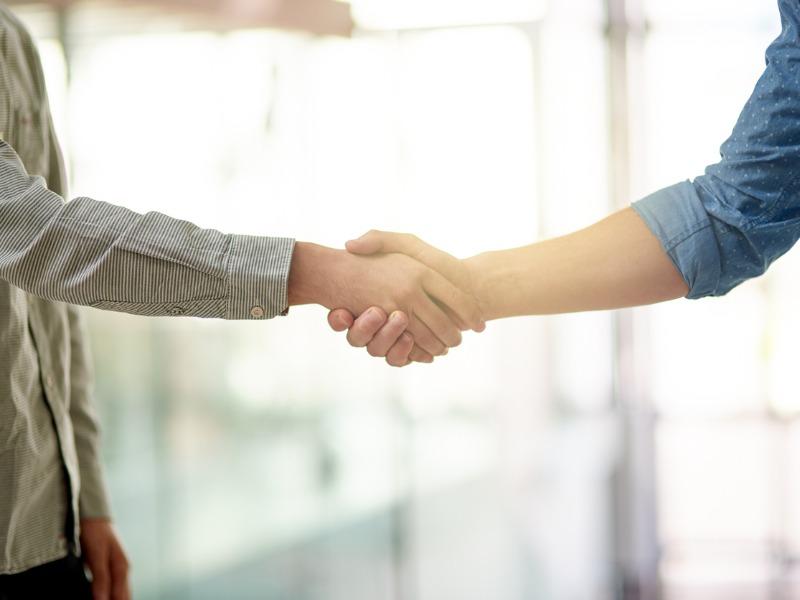 Deux personnes se serrant la main.