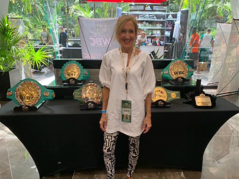 Caroline Rheaume posant devant un stand à la convention de la WBC à Cancun.