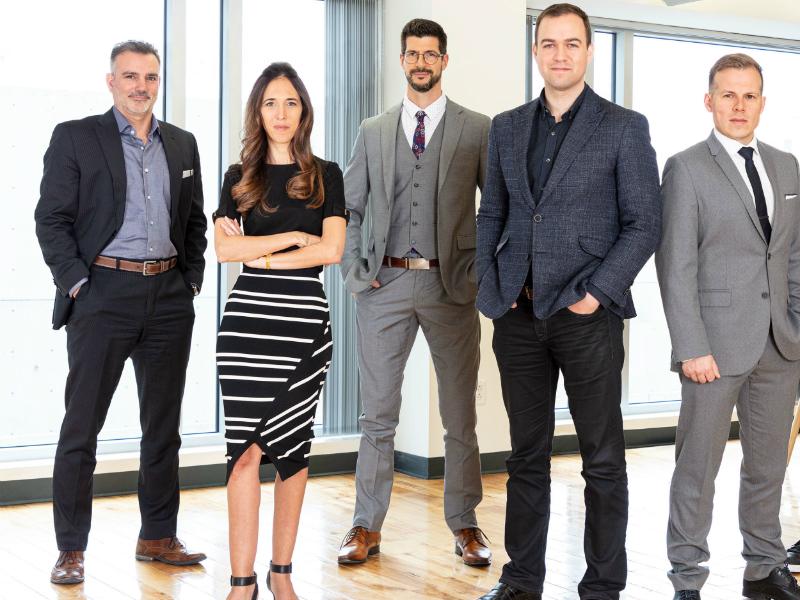 L'équipe de Qohash qui pose dans un bureau.