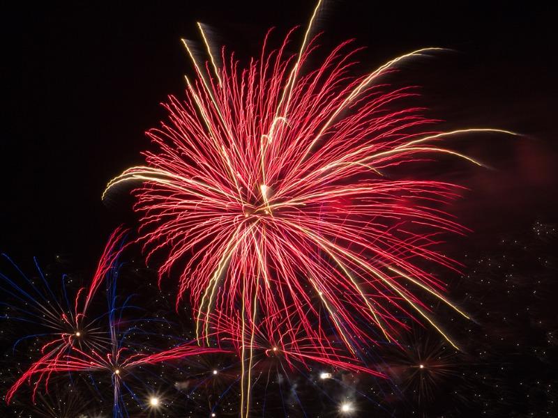 Un feu d'artifice rouge dans un ciel de nuit.