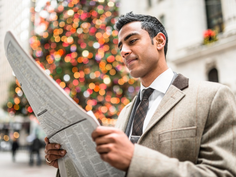 Un homme d'affaire lisant le journal.