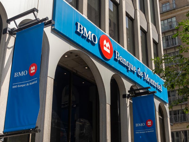 Une image de la devanture de la Banque de Montréal.