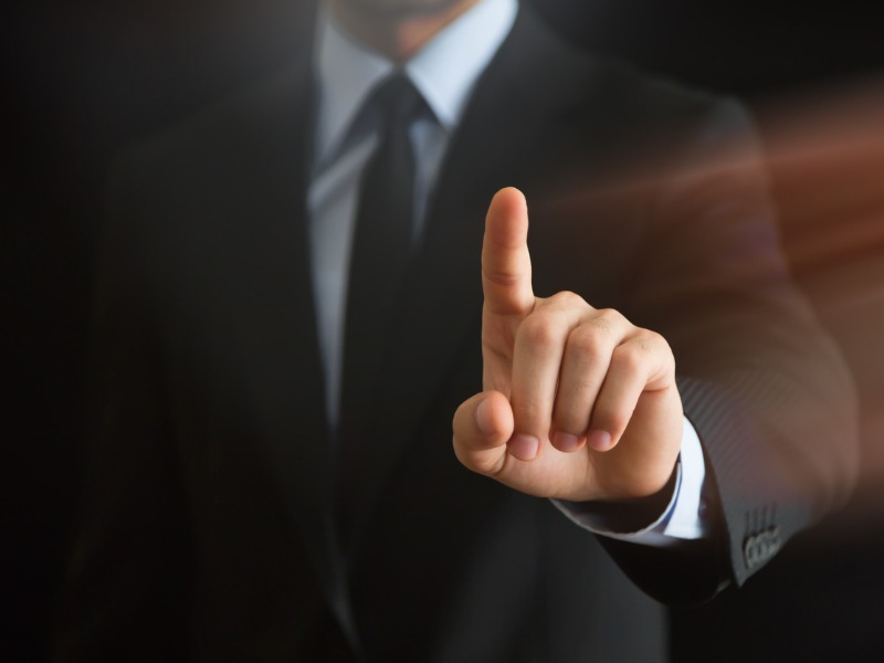La main d'un homme d'affaire avec un doigt levé.