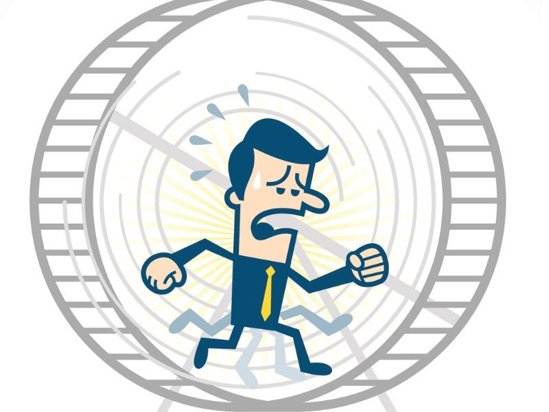 Un homme d'affaires courant dans une roue l'air paniqué.