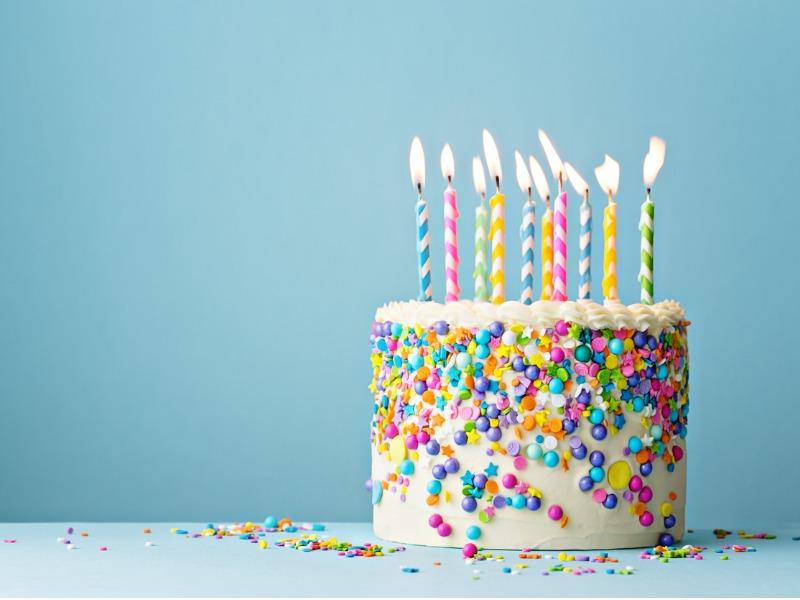 Un cadeau d'anniversaire avec plusieurs bougies dessus.