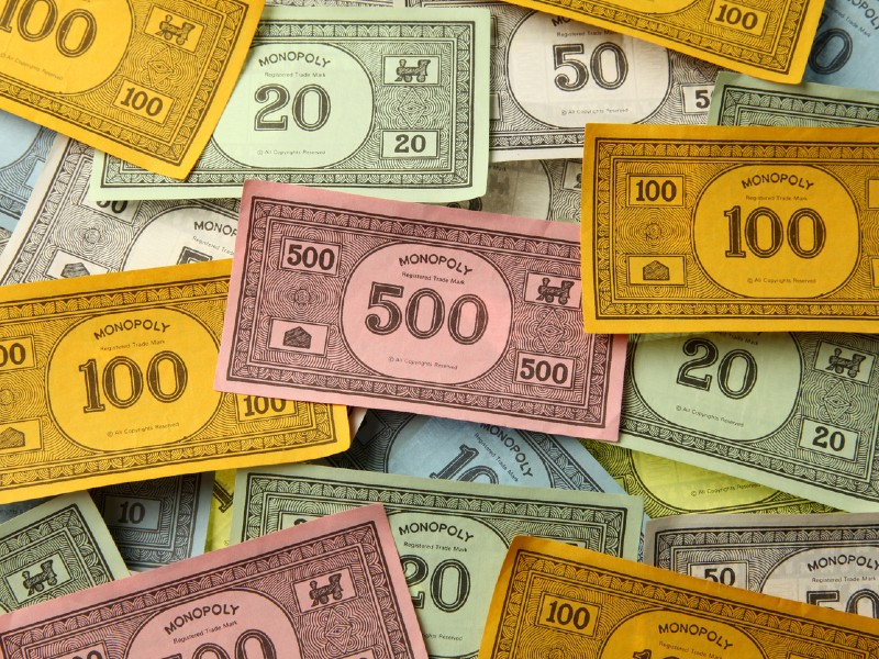 Des billets de Monopoly les uns par-dessus les autres.