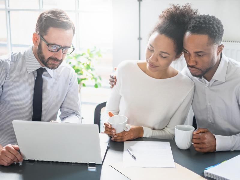 Un conseiller explique à un couple un plan financier.