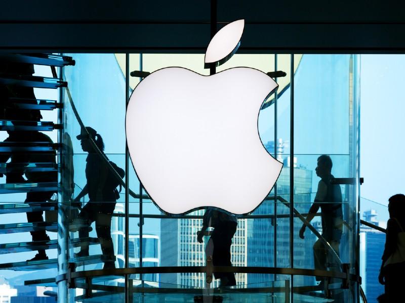 Le logo d'Apple sur un bâtiment en verre.