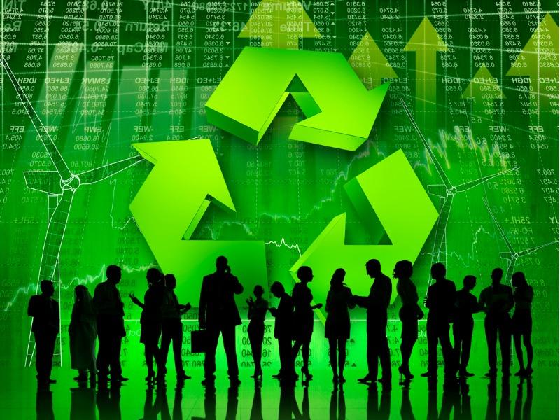 Plusieurs ombres discutant devant un mur représentant la Bourse sur laquelle on voit en grand un logo de recyclage.