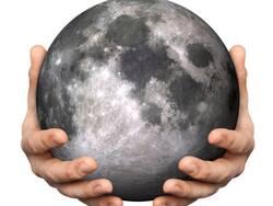 Deux mains tenant la lune.