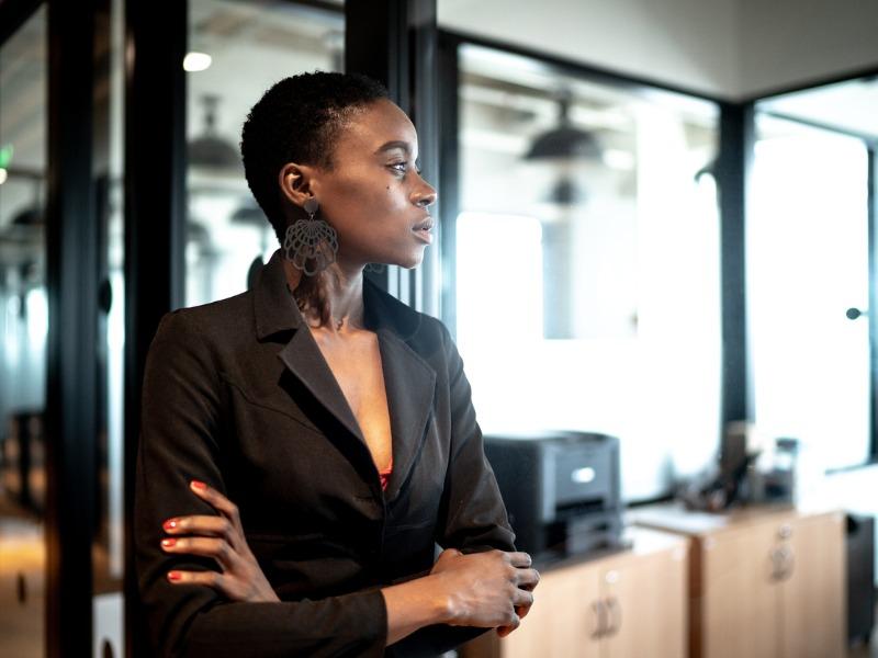 Une femme noire dans un bureau.
