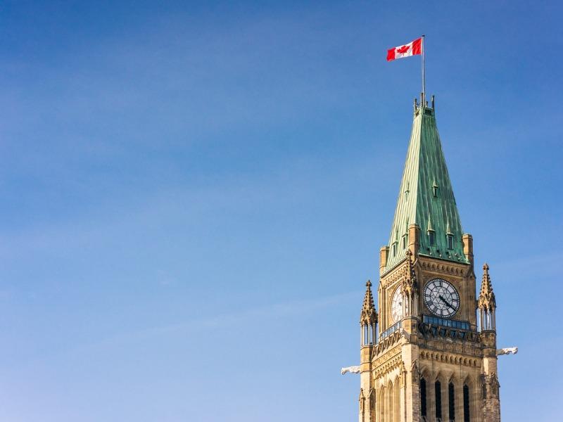 La tour du parlement à Ottawa sur un fonds de ciel bleu.