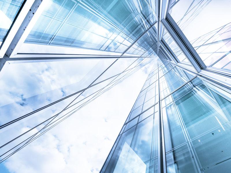 Une vue angulaire d'un bâtiment